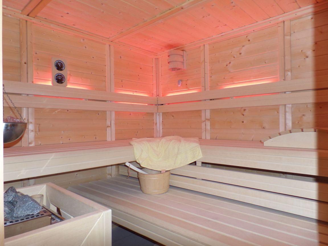 Sauna Inneneinrichtung mit LED Hintergrundbeleuchtung