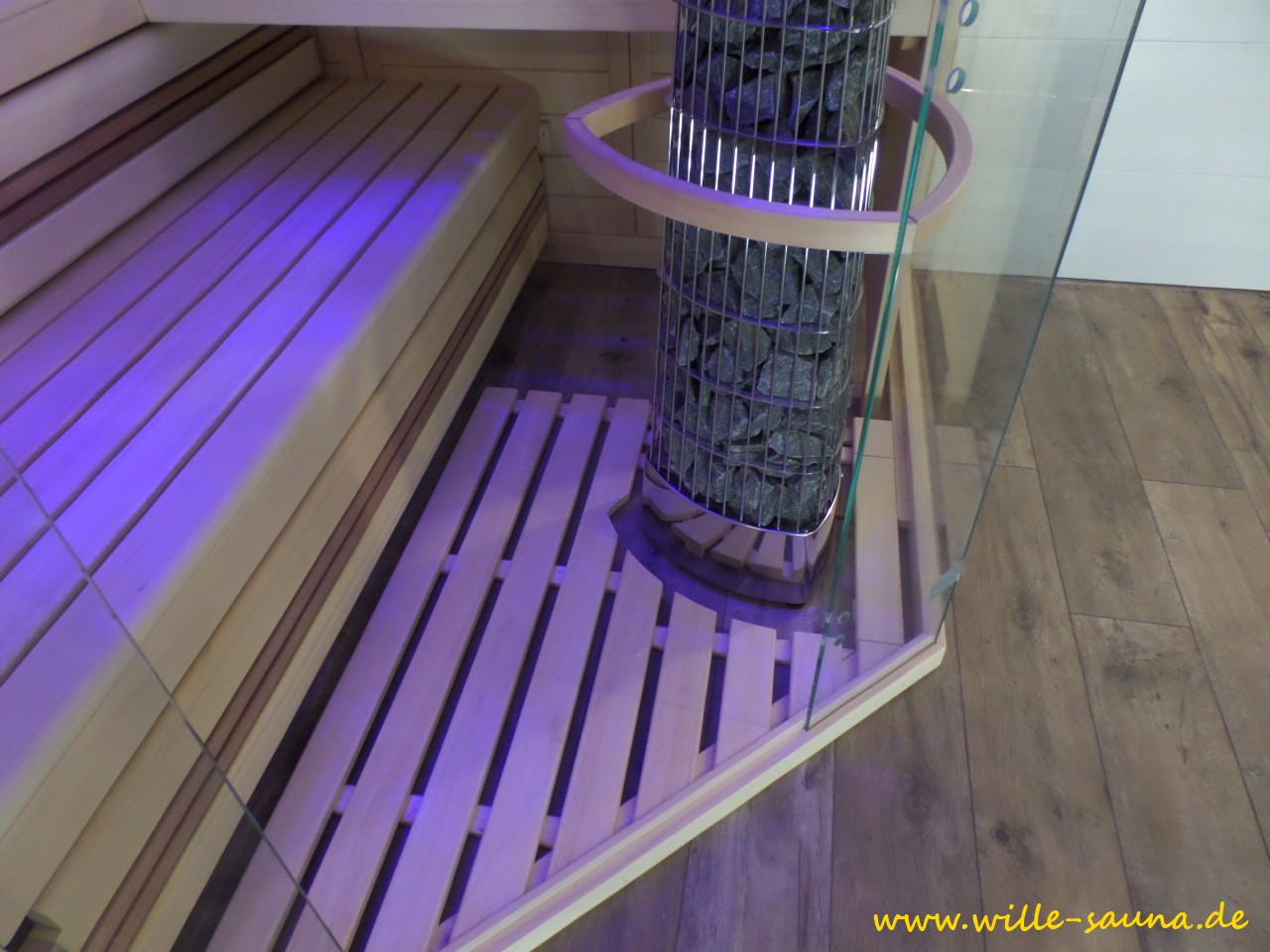 Foto der Designsauna mit den passenden  Fliesen im Bad