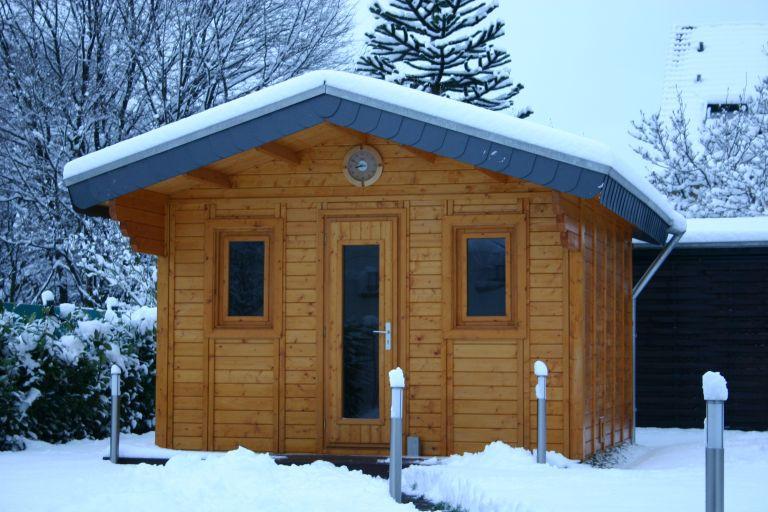 Foto einer Außensauna im Winter