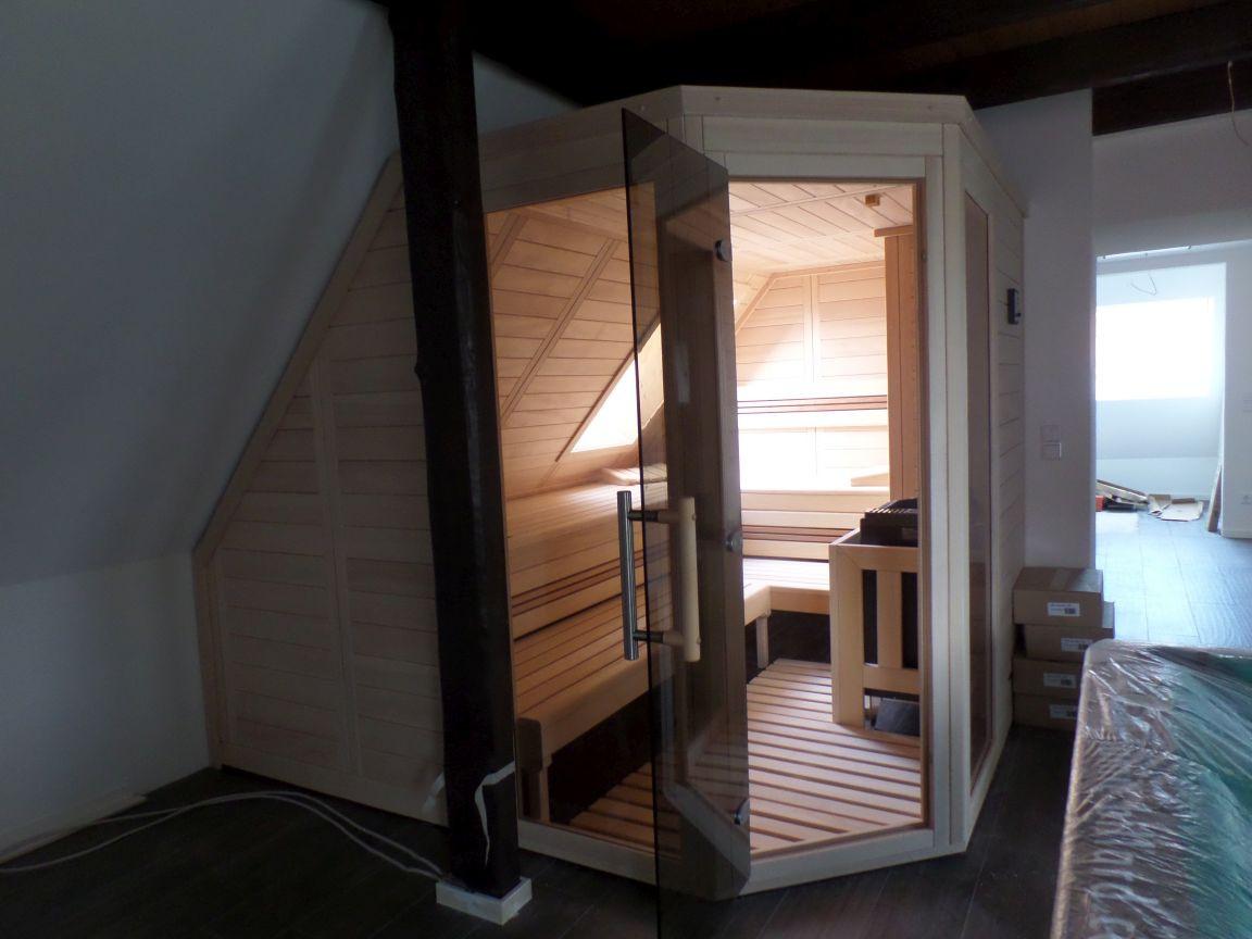 Eck-Sauna in Dachschräge eingebaut mit getönter Tür
