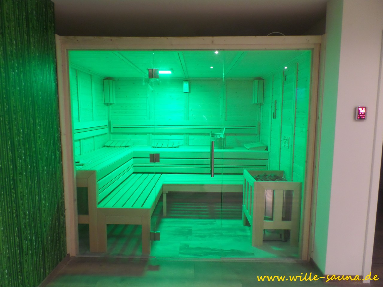 Designsauna mit grünem LED-Licht beleuchtet. Verschiedene LED- Farbkombinationen möglich